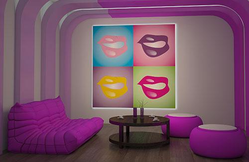 Image de synthèse d'intérieur, décoration violette canapé, table basse et poufs violets