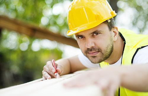 Homme sur un chantier de travail du BTP, casque de chantier, outils Bricomarché TOULON
