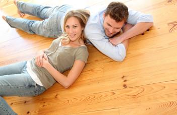 deux personnes allongés sur le parquet