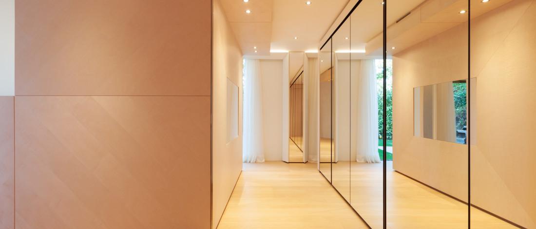 Miroirs disposés dans un couloir