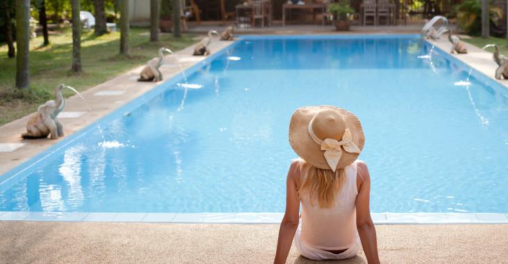 femme au bord d'une piscine