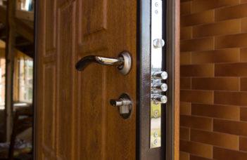 Entretenir une porte d'entrée en bois